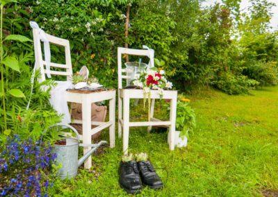 Stühle im Gast-Garten mit Hochzeits-Motiv